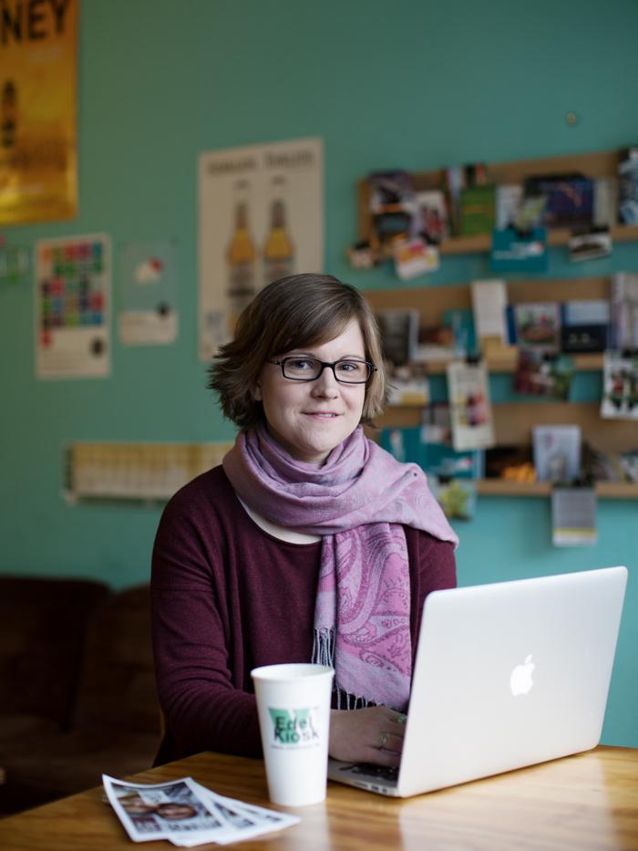 Silke im Café mit Notebook